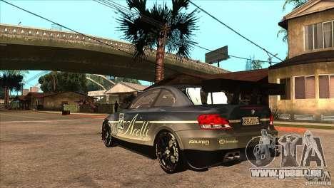 BMW 135i Coupe GP Edition Skin 3 pour GTA San Andreas sur la vue arrière gauche