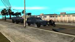 SWAT und FBI-Truck fahren durch die Straßen von